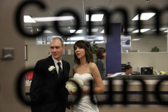 Brautpaar Katja und Link vor der Zeremonie in der City Hall im Buero zur Anmeldung durch die Scheibe gesehen